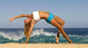 yoga ragazza spiaggia