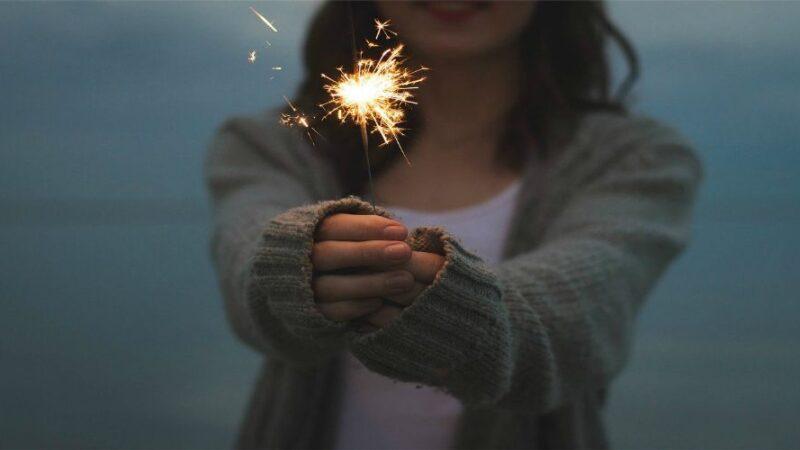 Capodanno 2021 a casa, come vestirsi? Idee e consigli per divertirsi