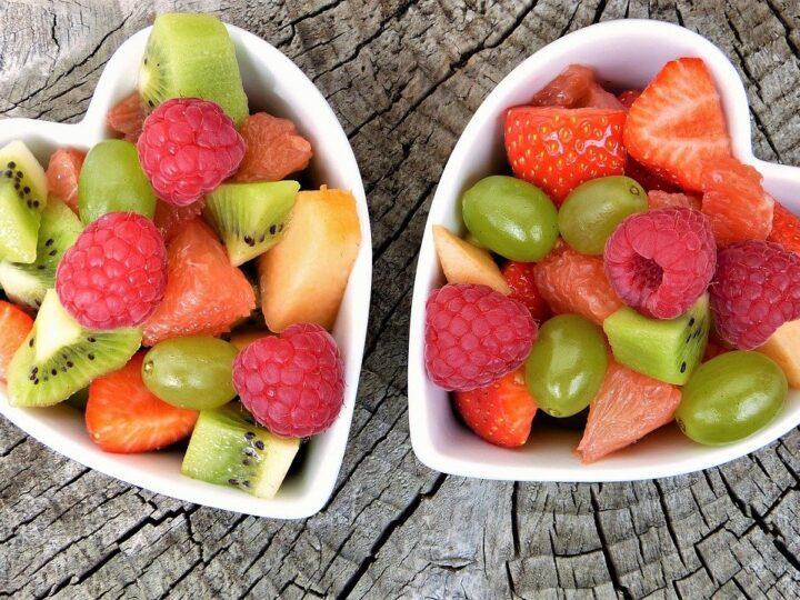 Mangiare la frutta di sera: fa bene?