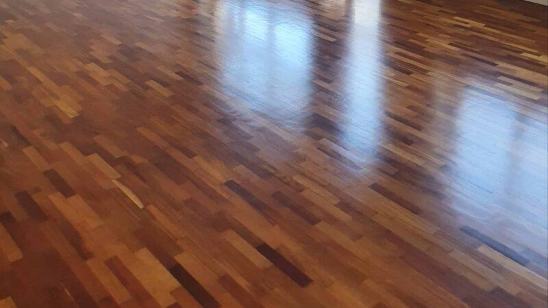 Il calore elegante di un pavimento in parquet