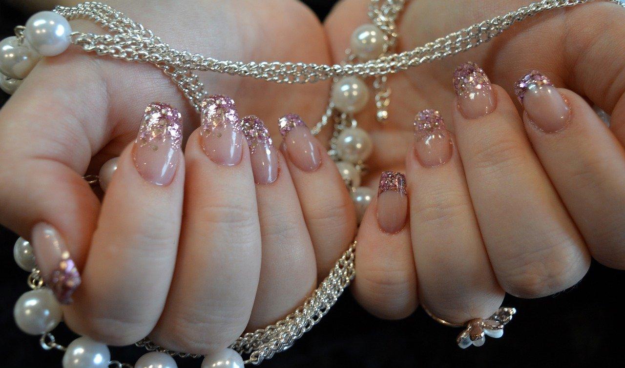 French manicure glitterata: come farla da sole